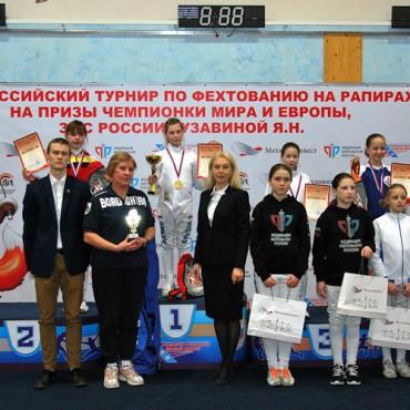 Букет наград юных рапиристок на турнире в Курске
